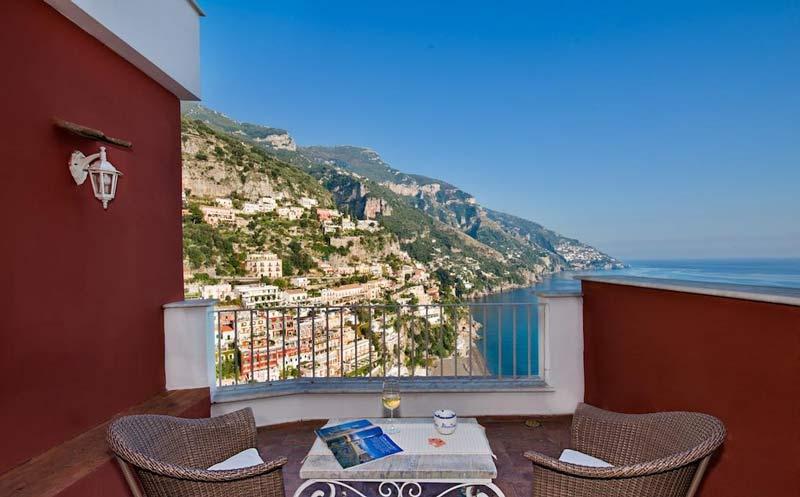 балкон отеля с видом на Позитано